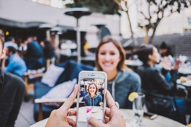 personne prise en photo avec un iPhone